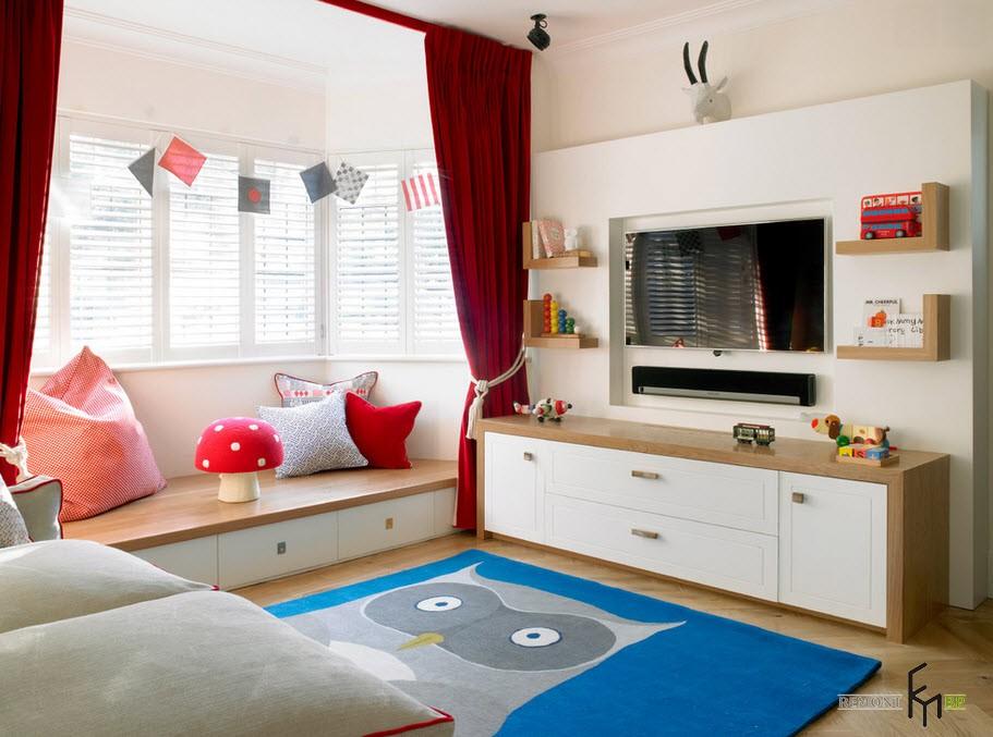 Красные шторы на подиуме в детской