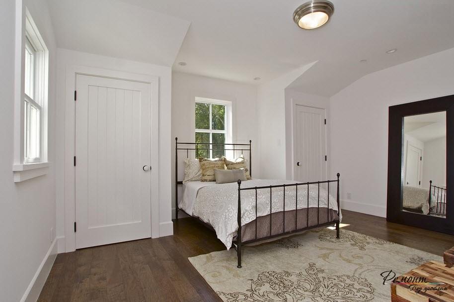 Оригинальная спальня с темным полом