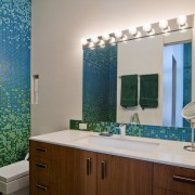 Пестрая мозаика в ванной
