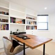 Письменный стол с деревянной столешницей