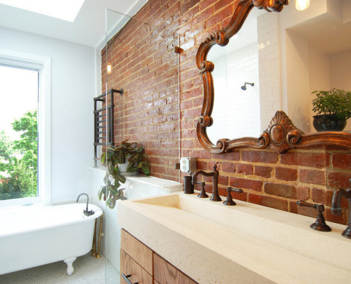 Зеркало на кирпичной стене в ванной