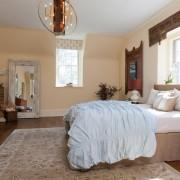 Большая спальня с зеркалом