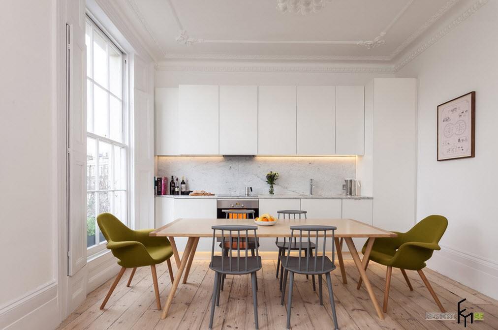 Панорамное окно с белыми переплетами в кухне