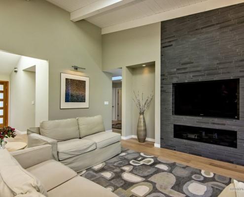Серый ковер в гостиной