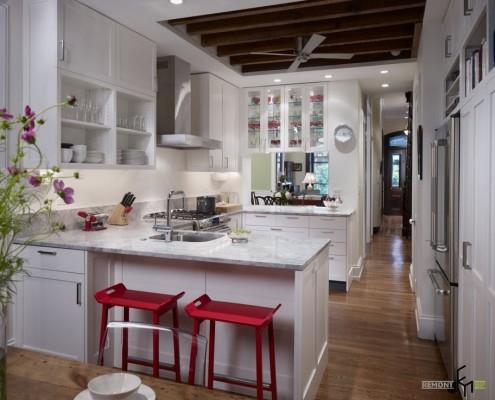 Кухня и коридор в белых тонах