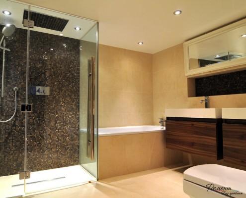 Персиковые стены в ванной