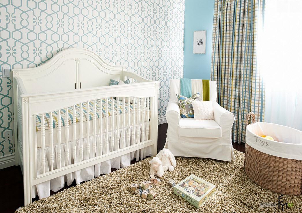 Голубые линии на стене в детской