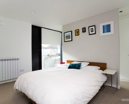 Несколько маленьких картин над кроватью