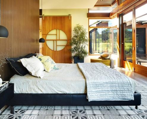 Черно-белая кровать в японской спальне