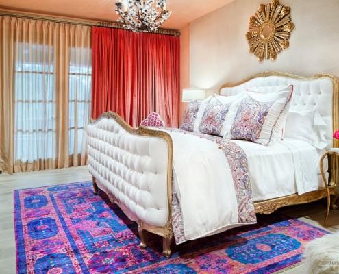 Красные шторы в марокканской спальне