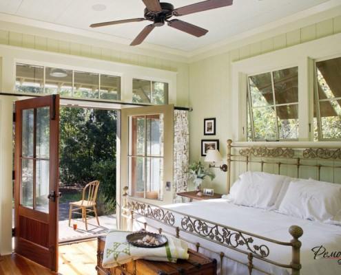 Сочетание белого потолка и светло-оливковых стен