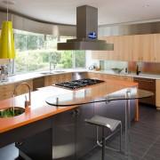 Темный кафельный пол на кухне