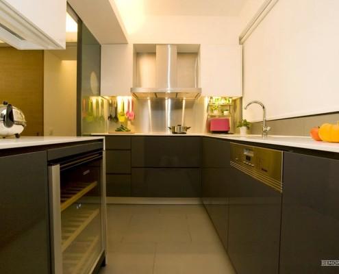 Две тыквы на столе на кухне