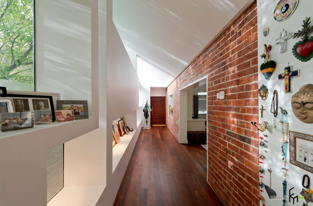 Кирпичная кладка в коридоре