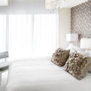 Прозрачные гардины в спальне