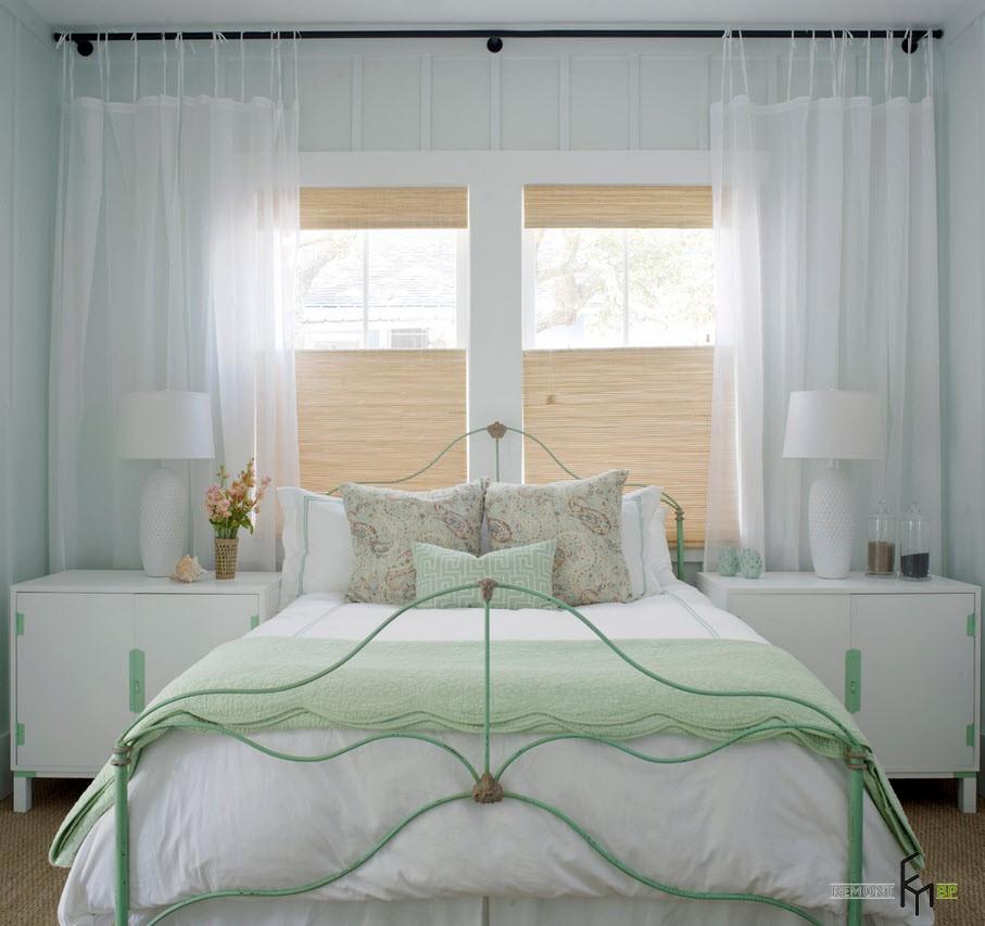 Интерьер белой спальни разбавлен акцентами