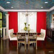 Серо-голубой потолок и красные шторы
