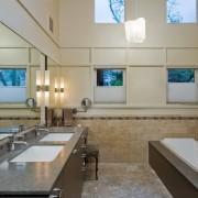 Настенные бра возле зеркал в ванной