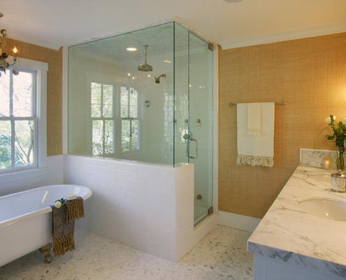 Стеклянная душевая перегородка в ванной