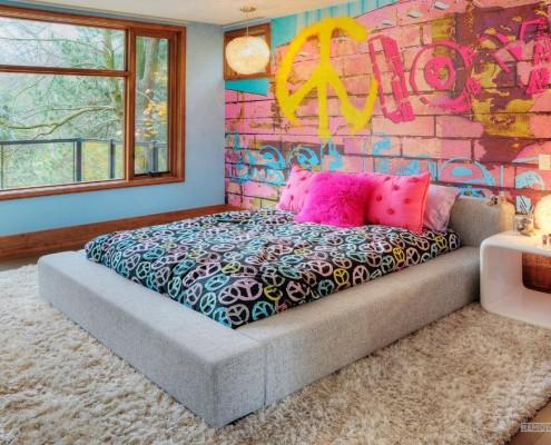 Граффити на стене в спальне