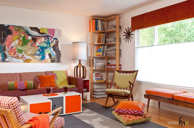 Оригинальная картина над диваном в гостиной