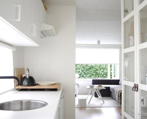 Рулонная белая штора на кухне