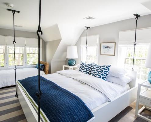 Двуспальная подвесная кровать на металлических крюках