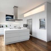 Сочетание белой кухни с деревянным полом