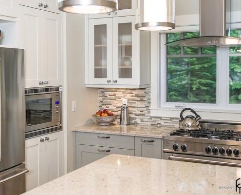 Кухня в доме у озера