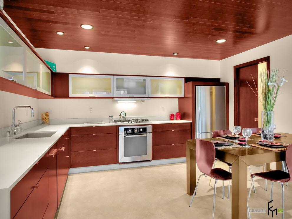 Потолок и мебельные фасады из красного дерева