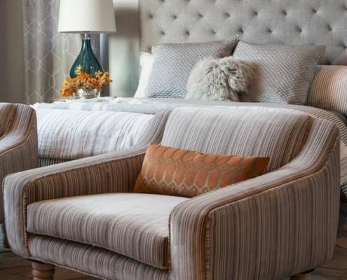 Кресло с желтой подушкой