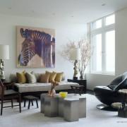 Картина с лошадью над диваном