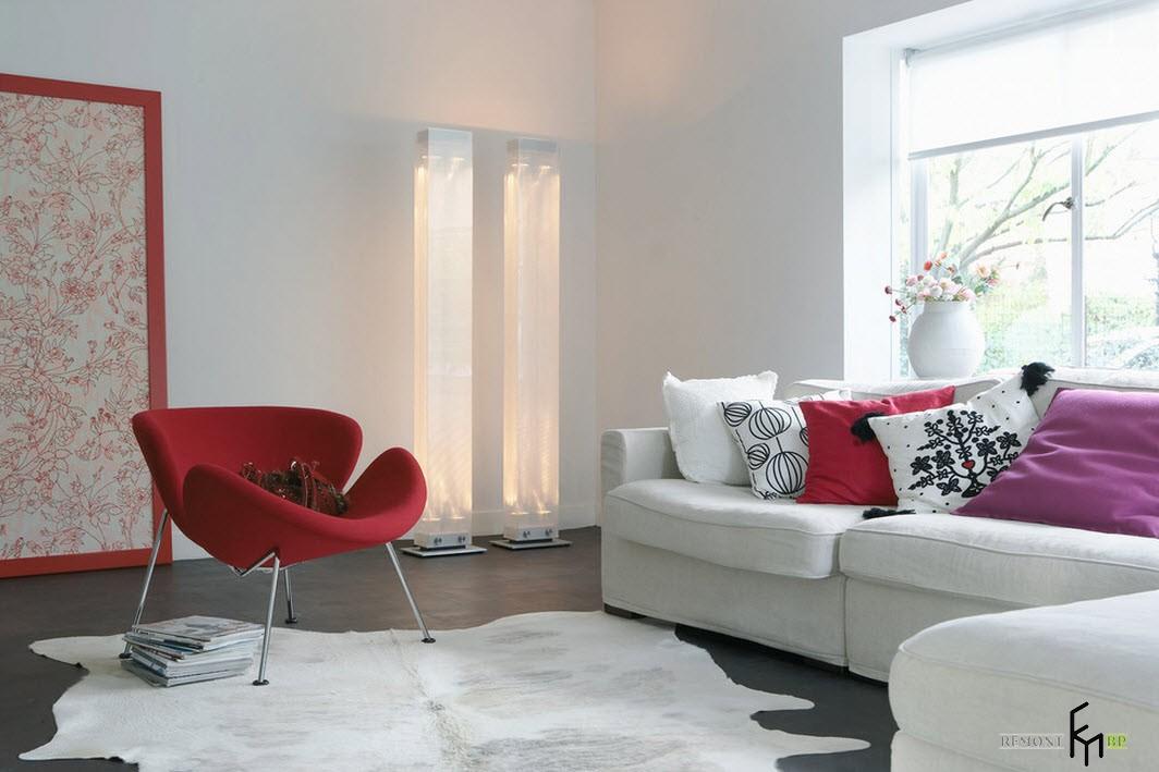 Яркие пятна на белом фоне интерьера зала
