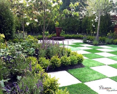 Живописный газон в саду