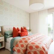 Яркий текстиль в спальной комнате