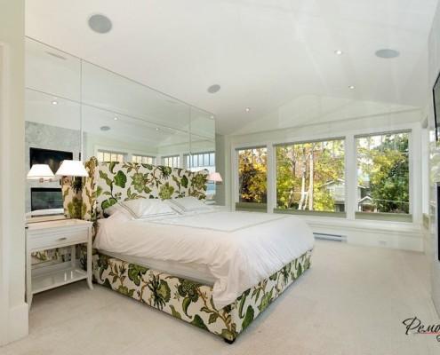 Растительный принт на каркасе кровати