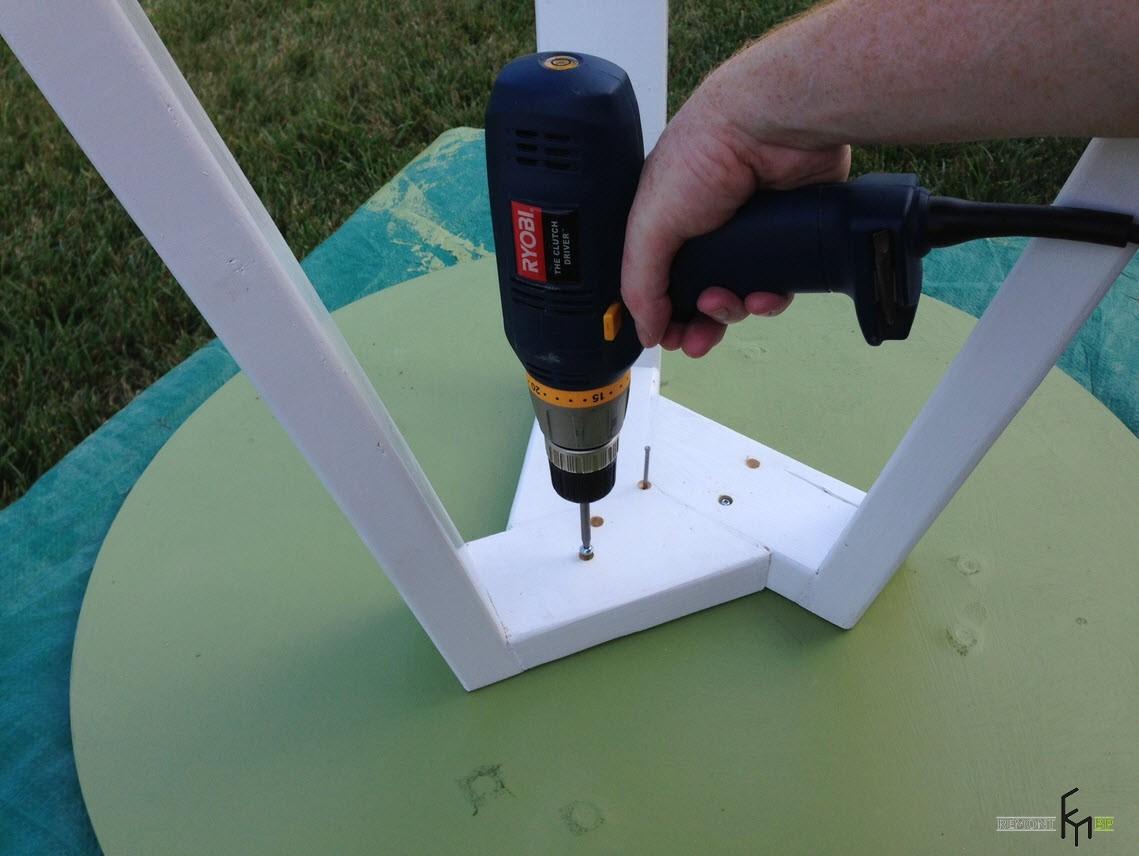 Пятый шаг шестого этапа изготовления стола