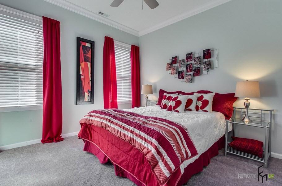 Абстрактная картина между красными шторами