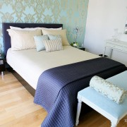 Интерьер спальни с голубыми обоями