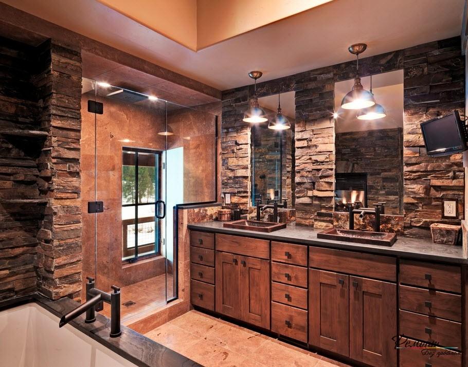 Отделка грубым темным камнем требует дополнительного освещения в помещении ванной комнаты