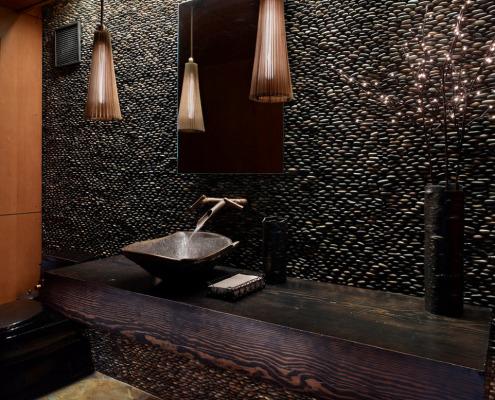 Черная галька на стене в ванной
