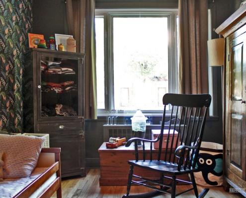 Кресло-качалка из темного дерева в детской