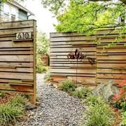 Горизонтальные деревянные элементы в заборе