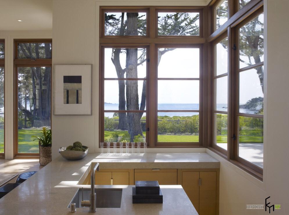 коричневые рамы на угловом окне