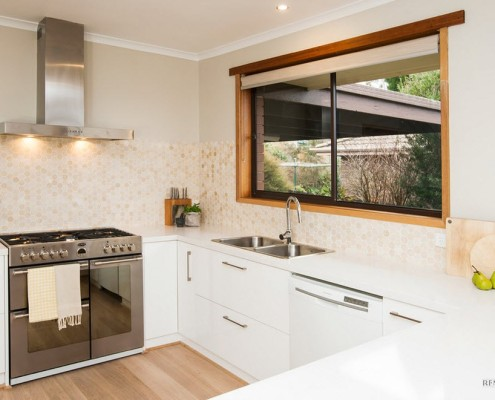 Окно над мойкой в кухне