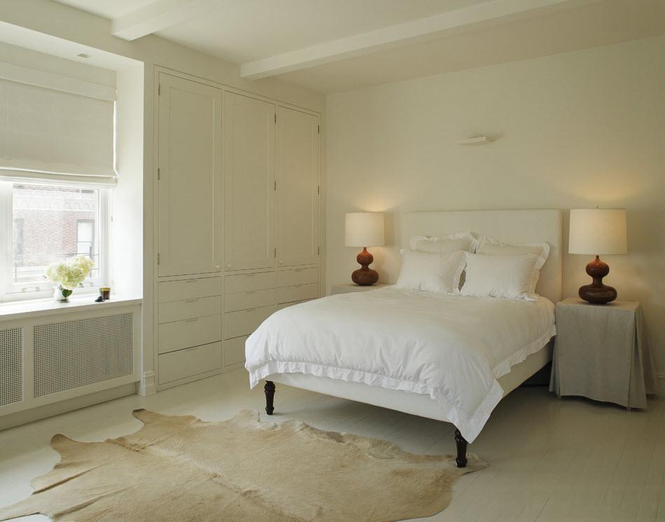 Ковёр из шкуры в спальне