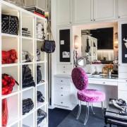 Столик с зеркалом в гардеробной