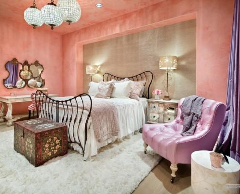 Сиреневое кресло в спальне
