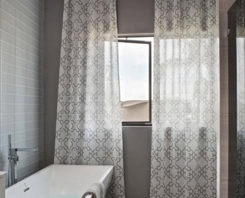 Серые полупрозрачные занавески в ванной