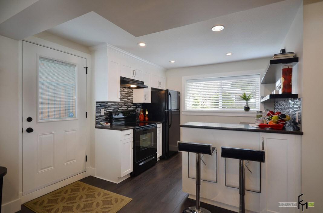 Темный ламинат и белая мебель на кухне